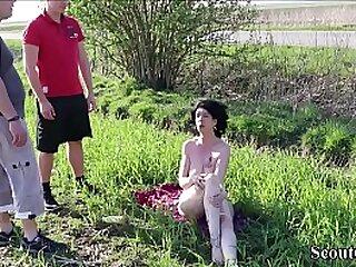 Misreport sonnt sich nach am Feldweg und wird von 2 jungen Typen erwischt und gefickt